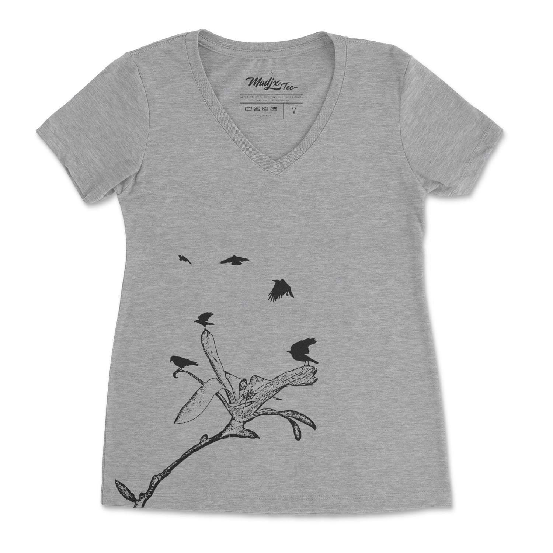 Corbeau et magnolia Col V t-shirt pour femme, encre à base d'eau imprimé au Québec